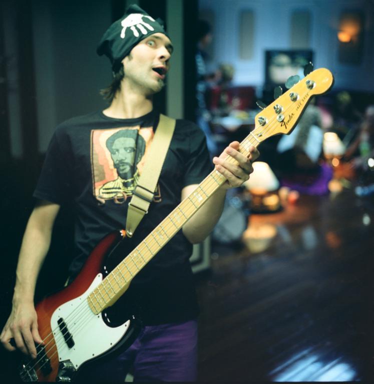 Как правильно играть на бас гитаре в рок группе - Школа